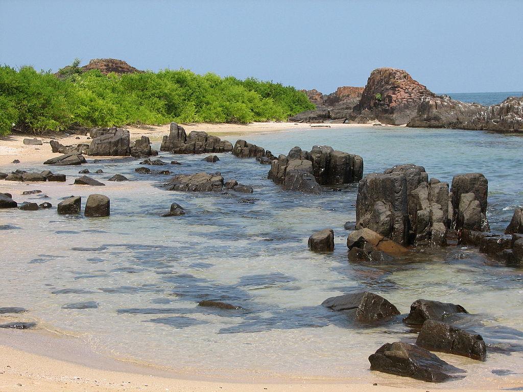1024px-St_Mary's_Island_rocks