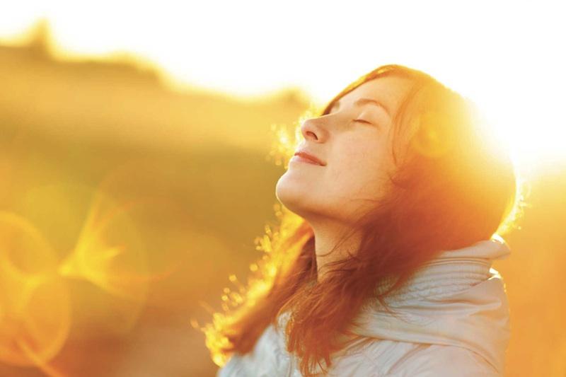 mulher-viva50-tomando-sol